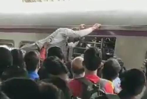 اقدام عجیب مسافر مقابل هجوم مسافران قطار