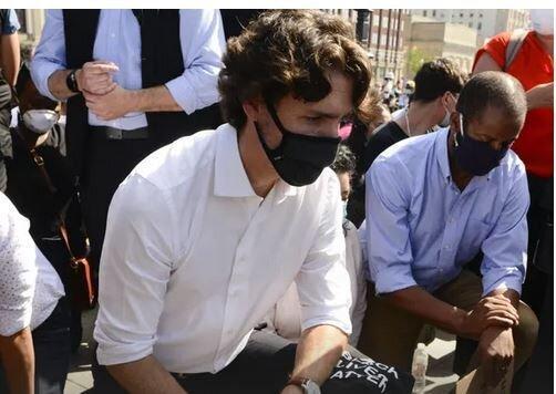 ترودو برای همبستگی با معترضان ضد نژادپرستی زانو زد